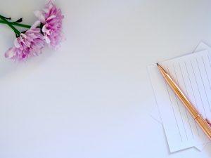 Karteikarten, Kugelschreiber und Blume auf hellem Untergrund